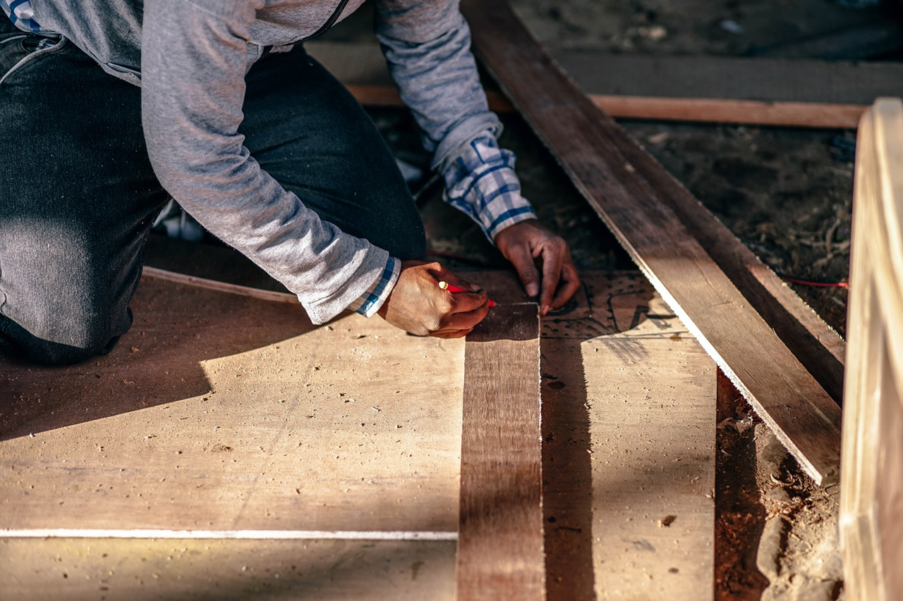 You are currently viewing Worker Measuring Size Wood For Renovation